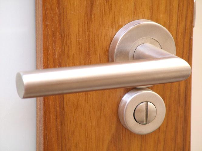 Carpinter a tenerife puertas de madera acristaladas for Cerradura para puerta de bano